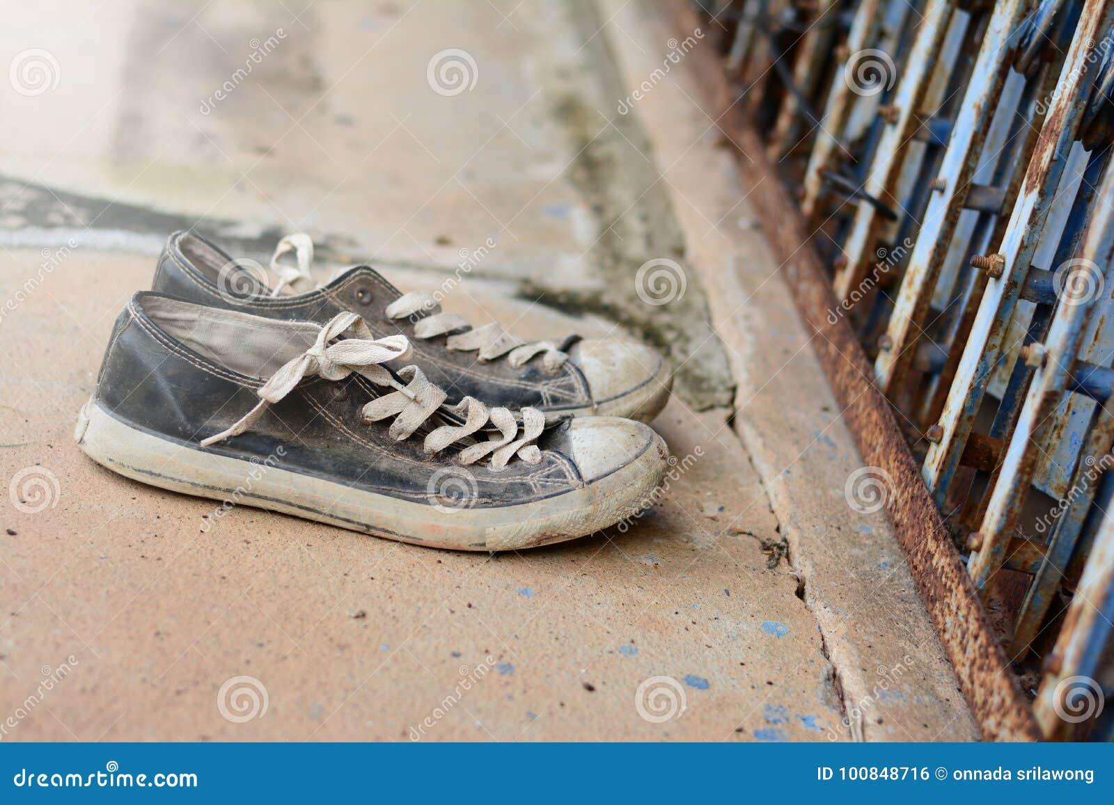 Die Alten Schuhe Vor Dem Metall Schneiden Tur Und Schmutzige Cemen