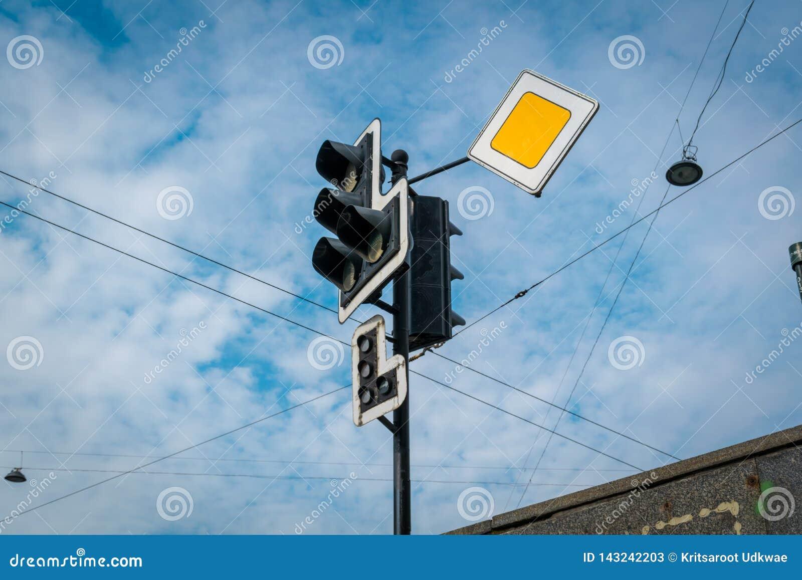 Die Ampel mit gelbem Zeichen