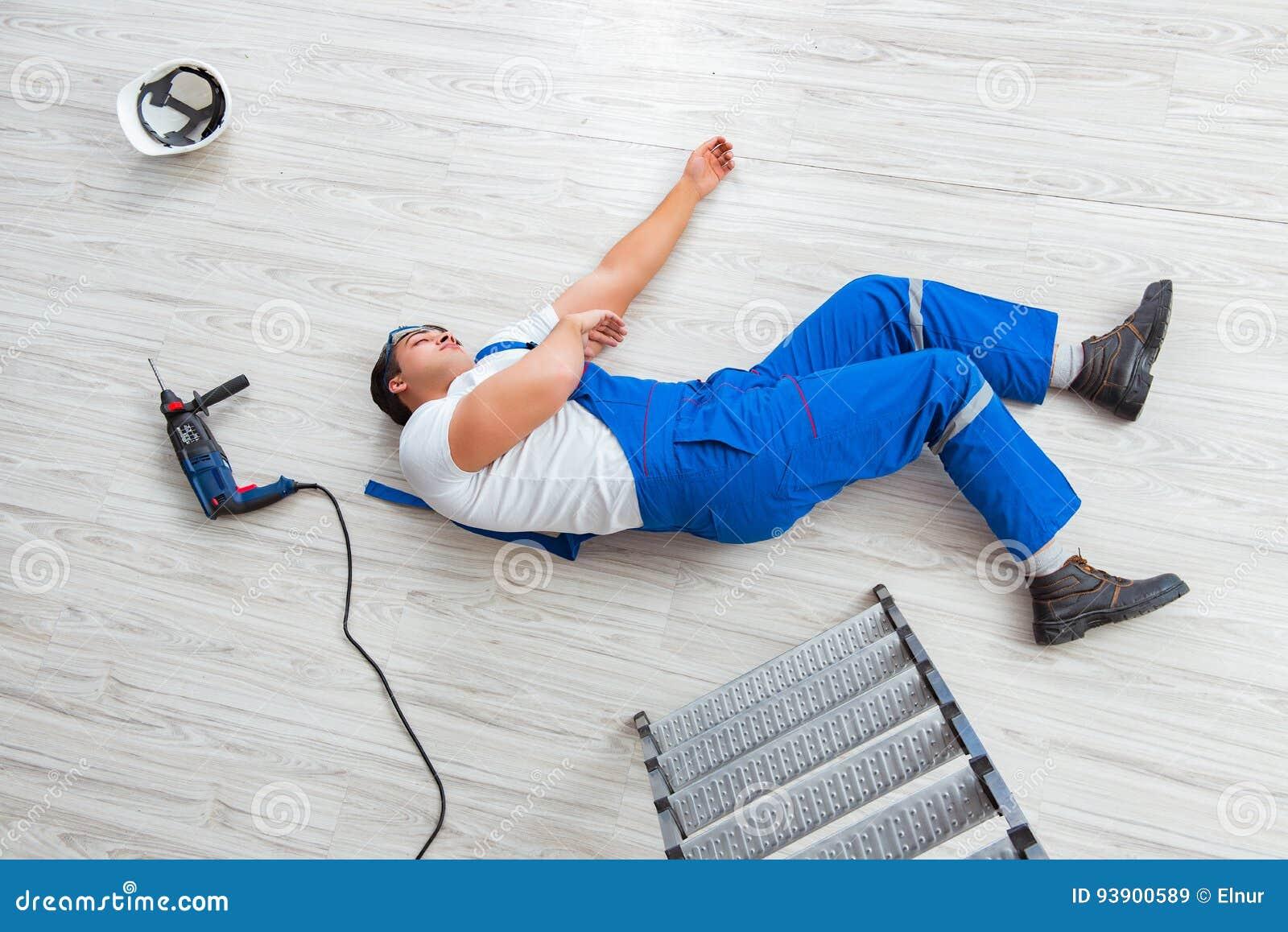Die Arbeitskraft nachdem dem Fallen von der Höhe - unsicheres Verhalten