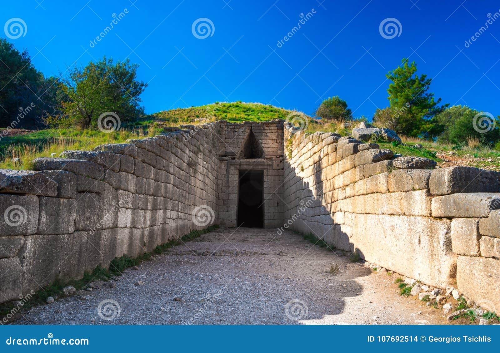 Die archäologische Fundstätte von Mycenae nahe dem Dorf von Mykines, mit alten Gräbern, riesigen Wänden und dem berühmten Löwetor