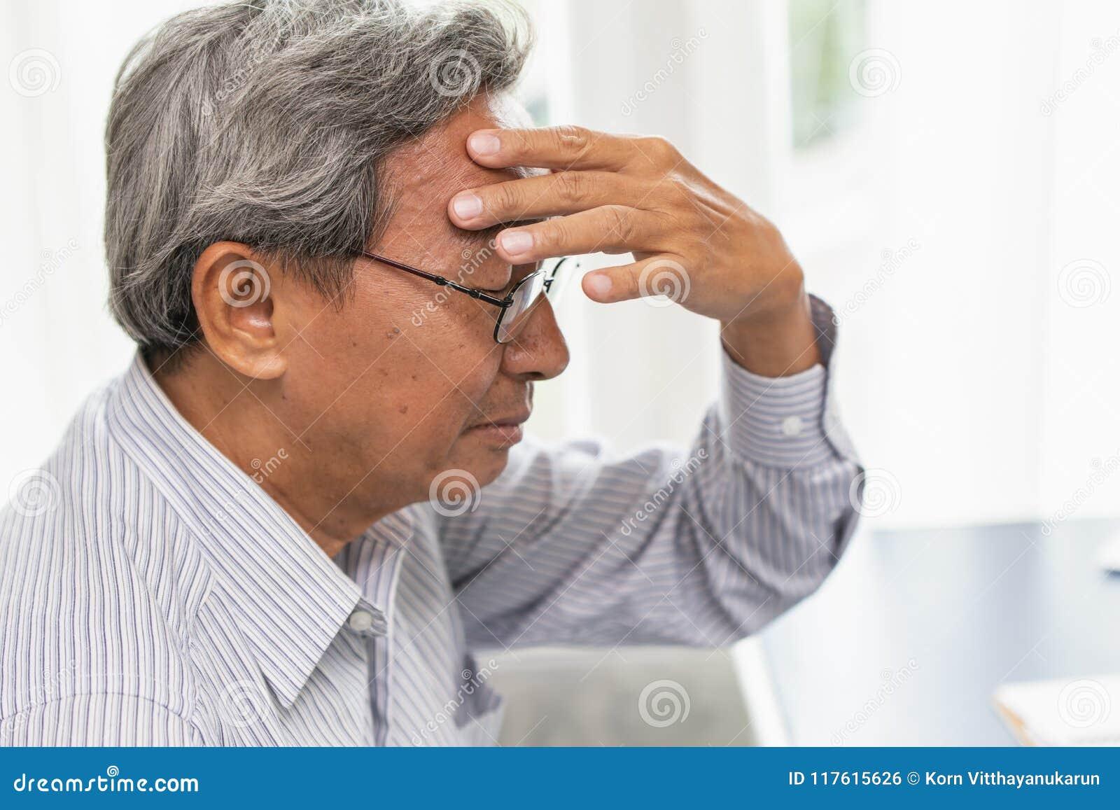 Die asiatischen Ältestkopfschmerzenschmerz leiden unter Druck