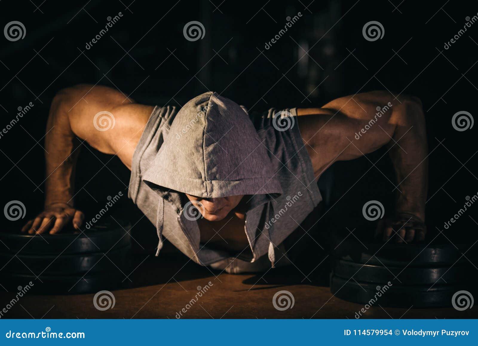 Die Athletenstöße, Pressungen vom Boden, ist er stark und robust
