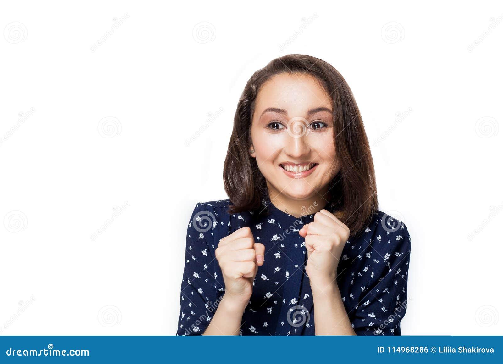 Die attraktive Brunettefrau, die o.k. lokalisiert auf Weiß, Hände sagt, Fäuste preßt, Gefühle, Freude, Glück, Porträt zusammen