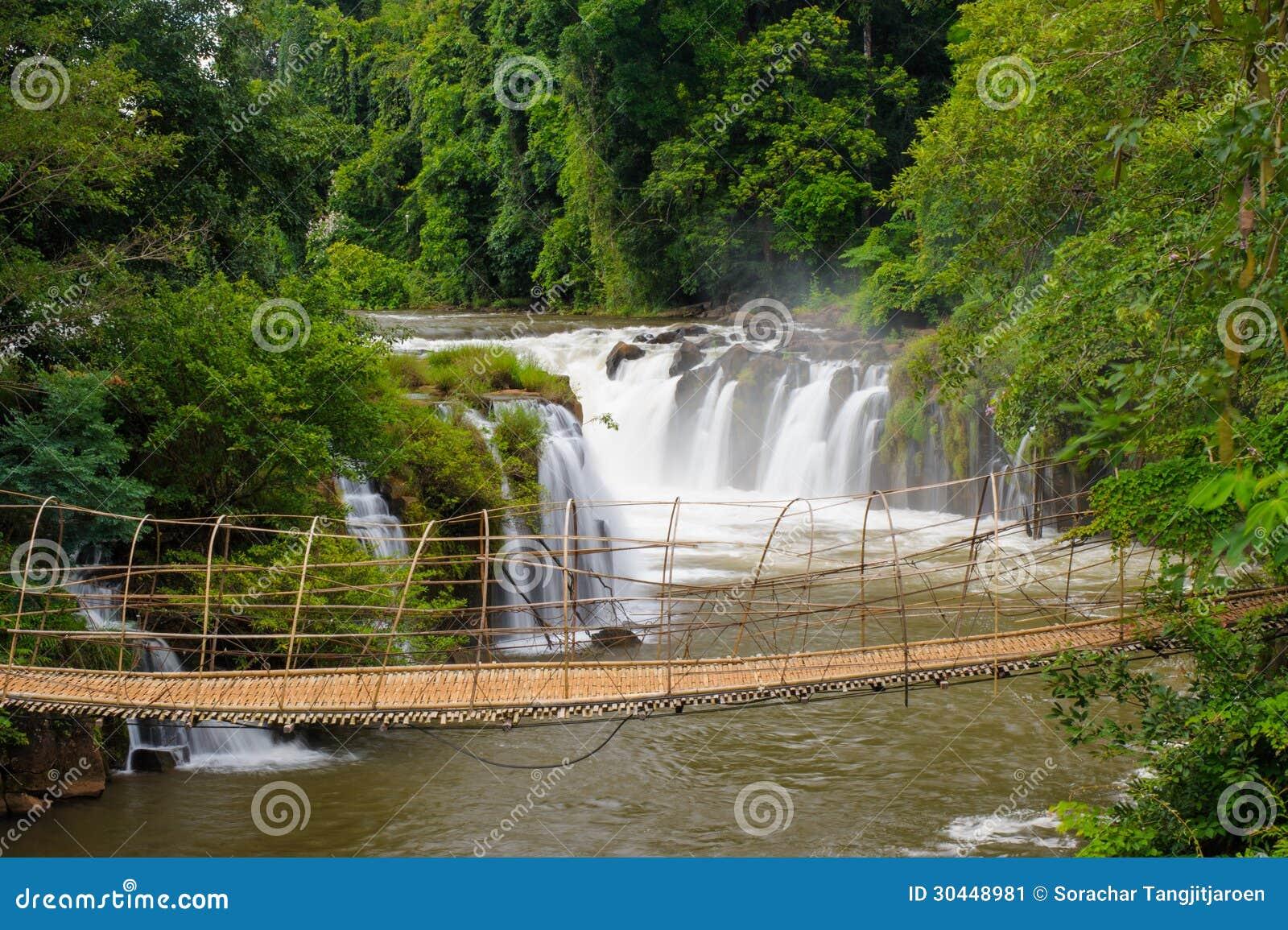 Die Bambusseilbrucke In Tad Pha Souam Wasserfall Laos Stockbild
