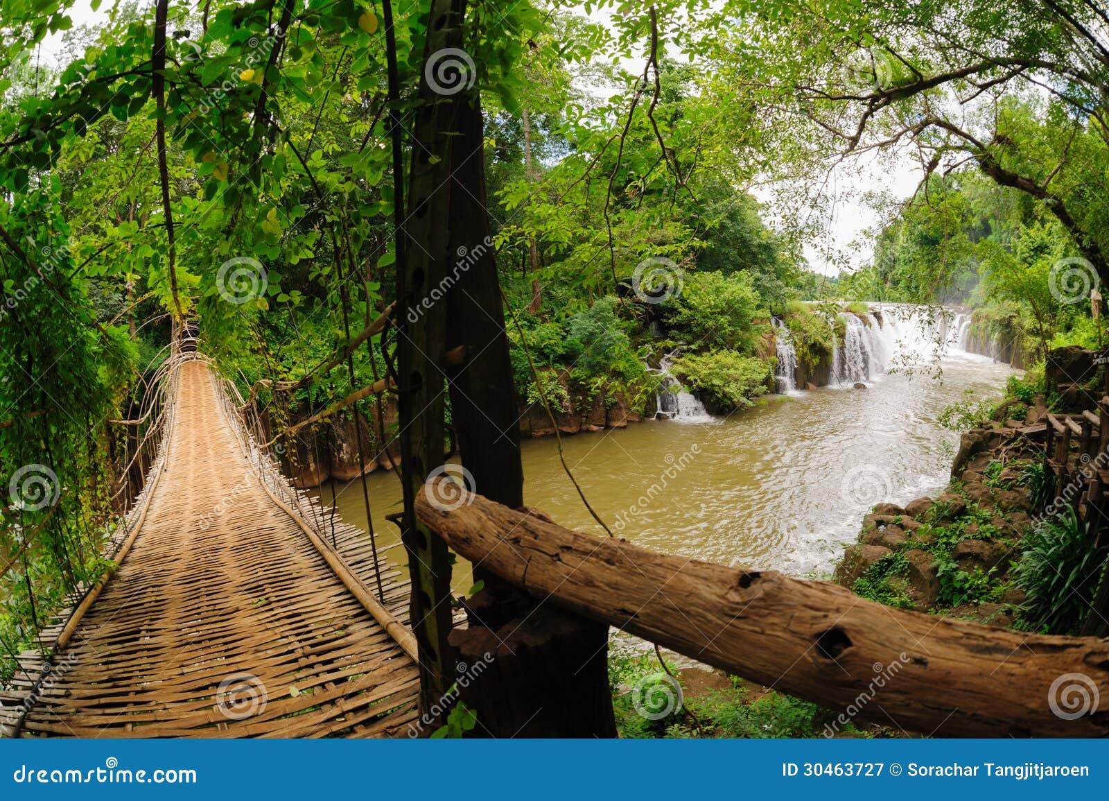 Die Bambusseilbrücke in Tad Pha Souam-Wasserfall, Laos.