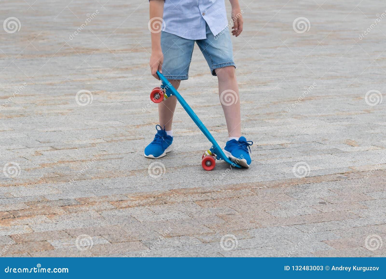 Die Beine Des Jungen Lernen, Ein Skateboard, Nahaufnahme