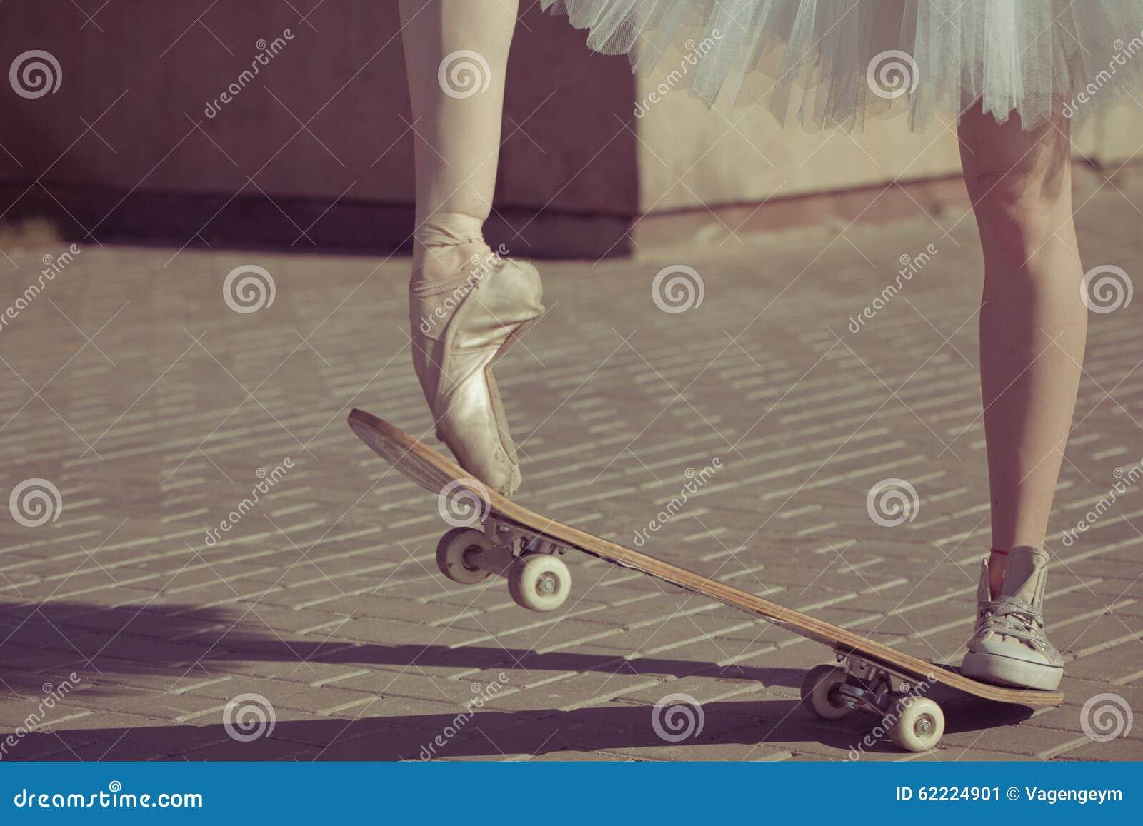 Fantastisch Download Die Beine Einer Ballerina Auf Einem Skateboard Stockbild   Bild  Von Mühelos, Elastisch: