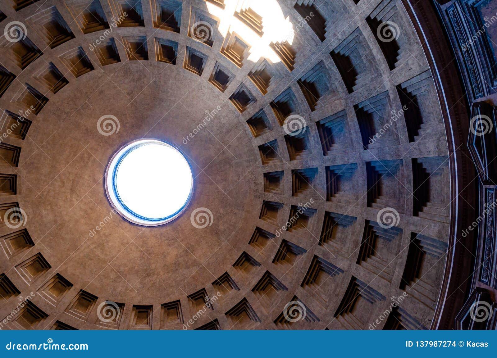 Die berühmte Kassettendeckenhaube des Pantheontempels aller Götter mit breitem offenem Rundbau auf die Oberseite Sonnenlicht stra