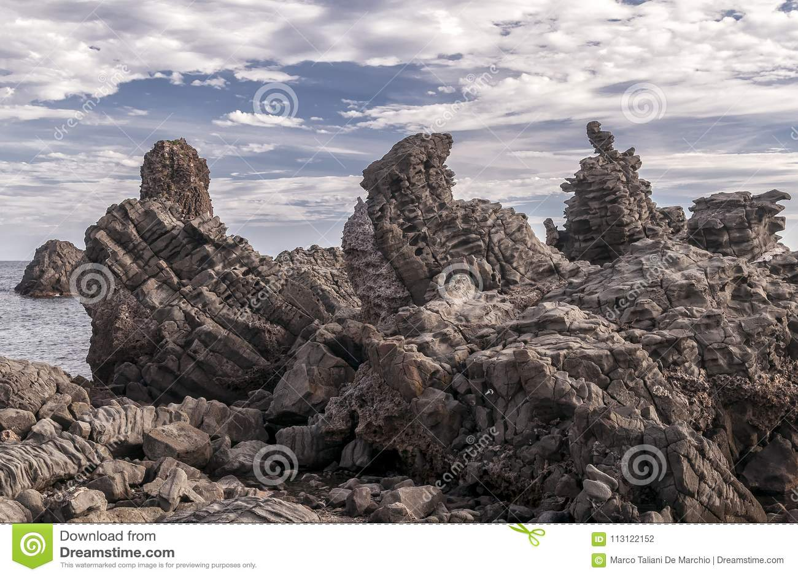 Die berühmten Felsen von Aci Trezza, Catania, Sizilien, Italien