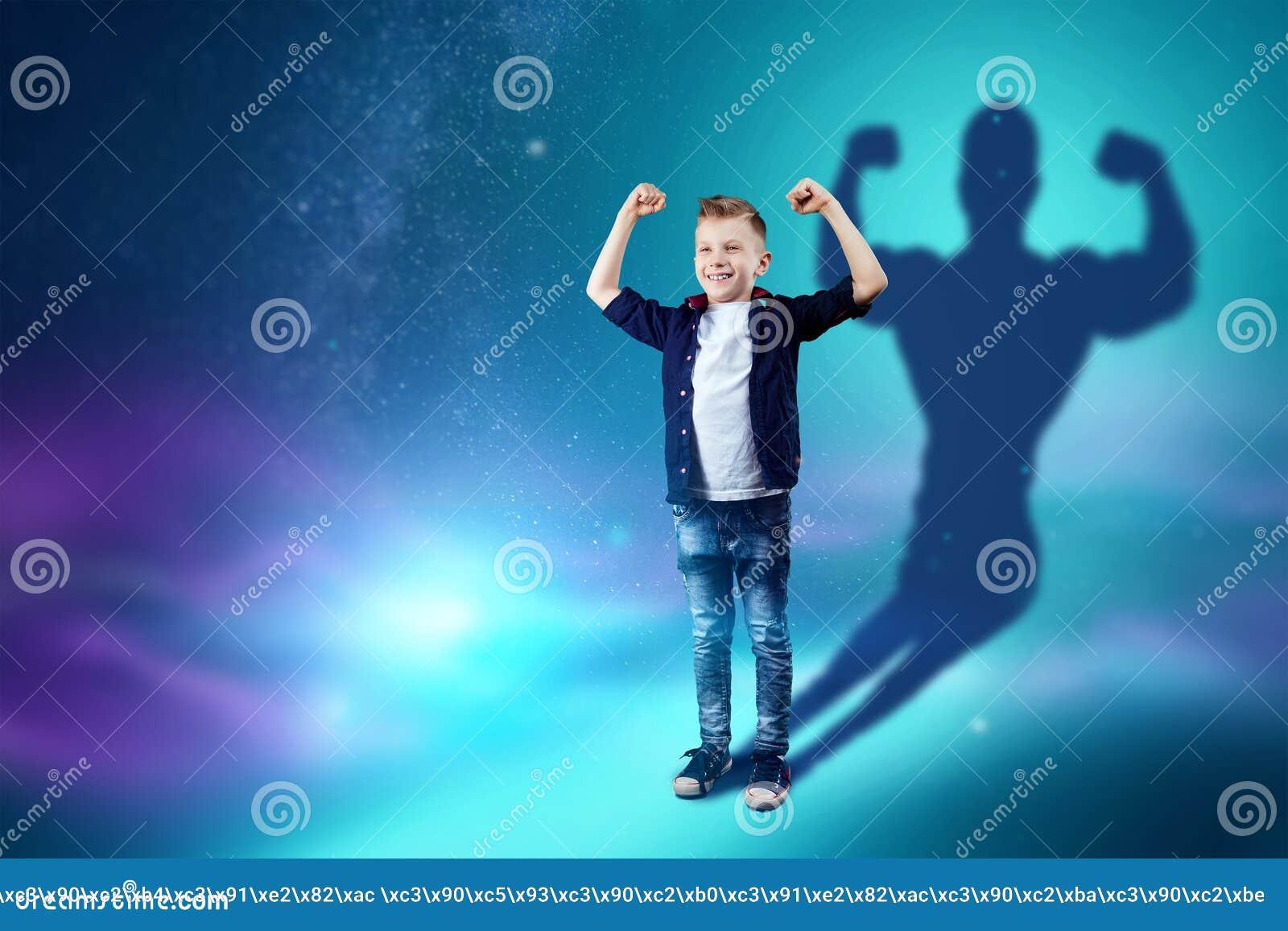Die Berufswahl, die Zukunft des Kindes Die Jungentr?ume des Werdens ein starker Bodybuilder Konzeptberuf, Sport,