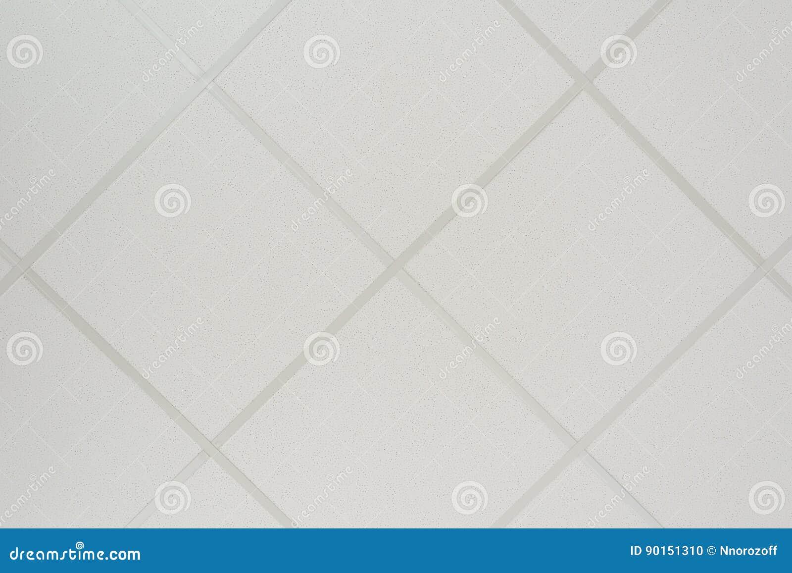 Die Beschaffenheit einer falschen Decke, die aus quadratischen Platten besteht und ein Richtungsprofil der diagonalen Anordnung