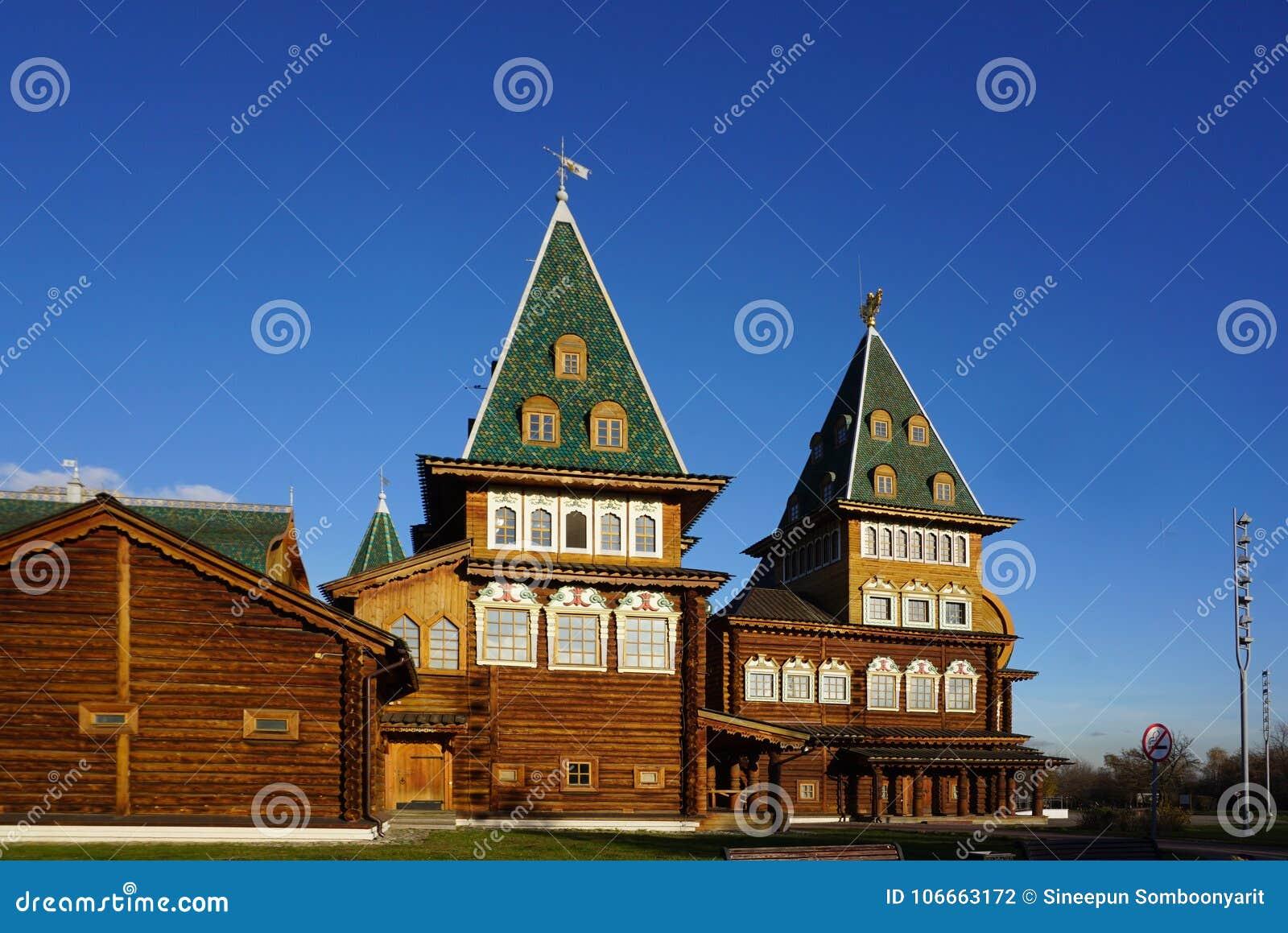 Die besten Meisterwerke der russischen hölzernen Struktur des Palastes von T