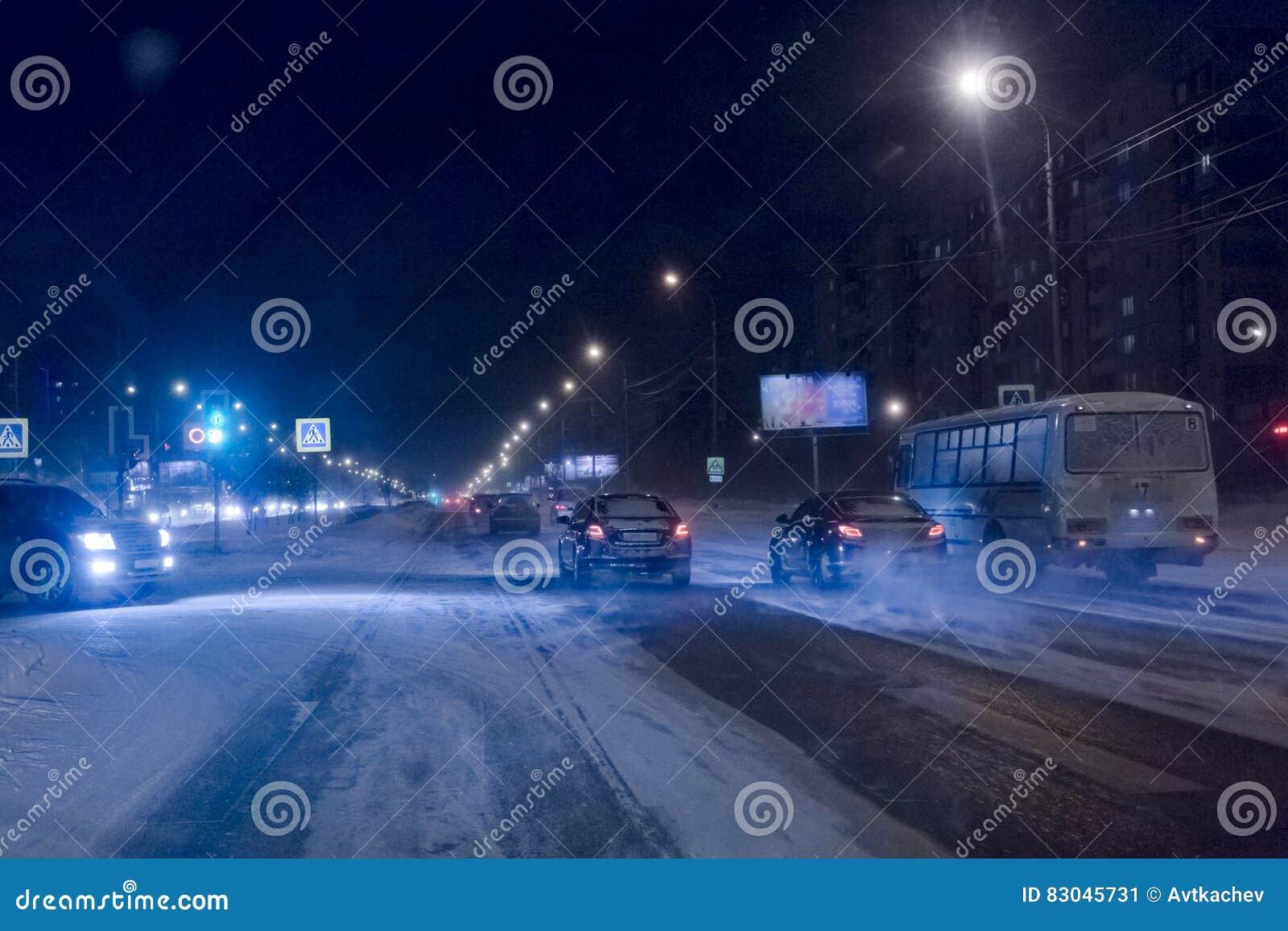Die Bewegung von Autos auf Winterstraßennacht