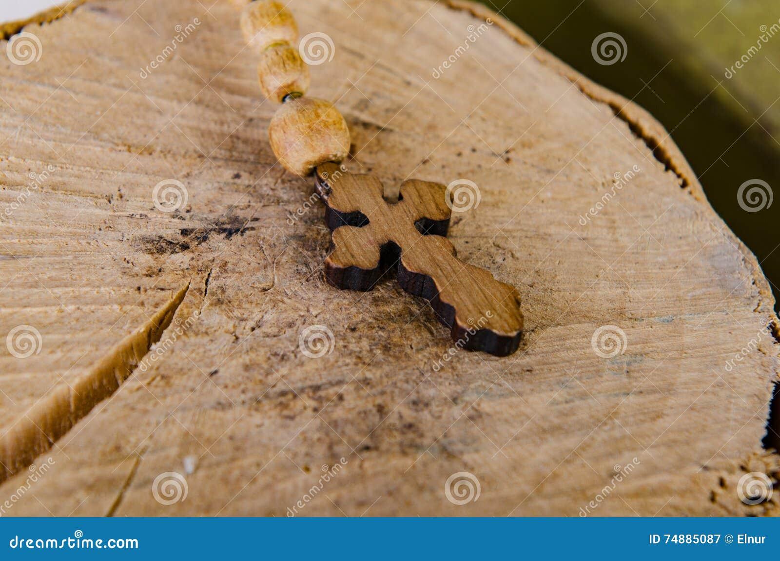 Die Bibel und das Kreuz im religiösen Konzept