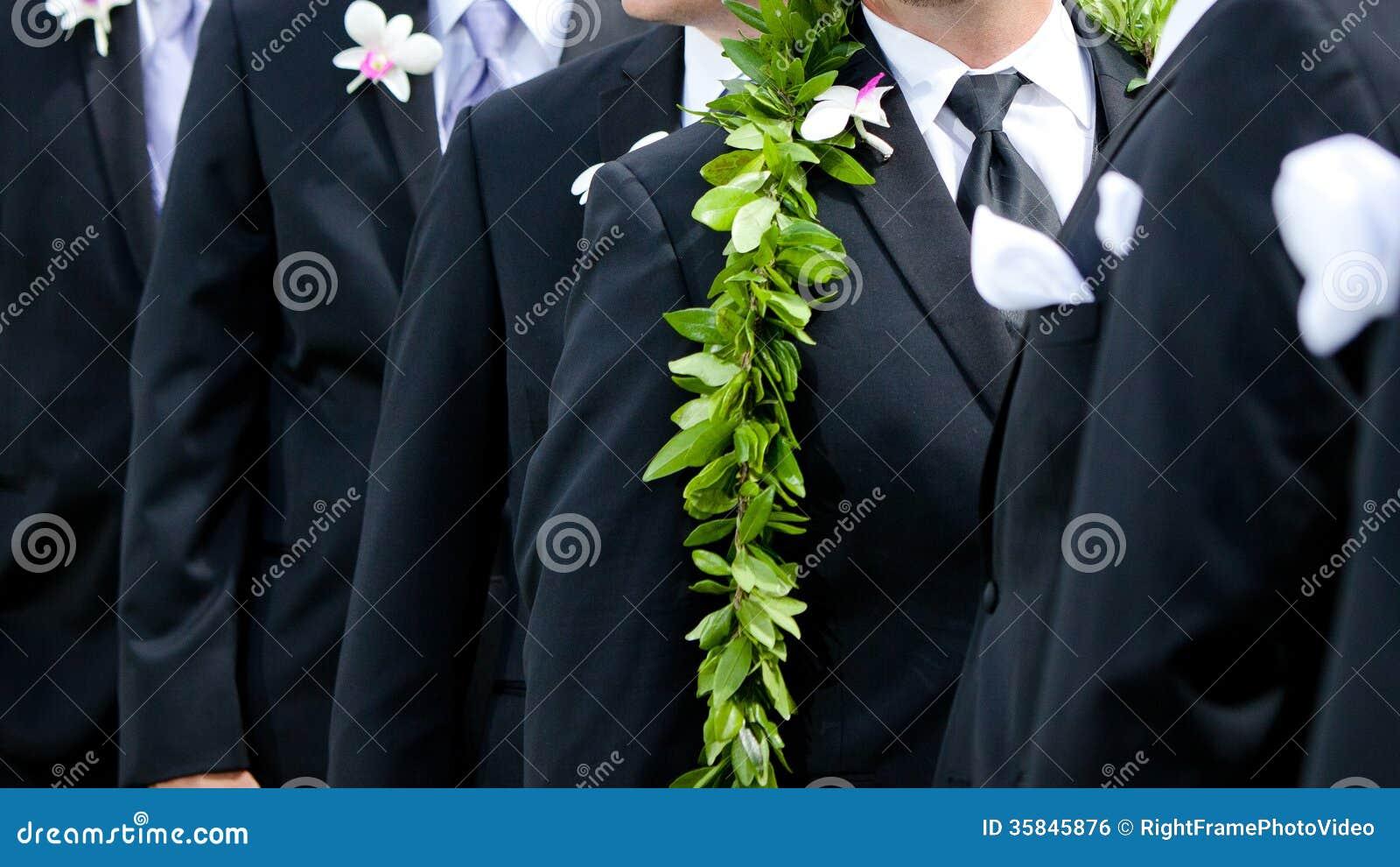Die Blumen des Bräutigams - hawaiische Hochzeit