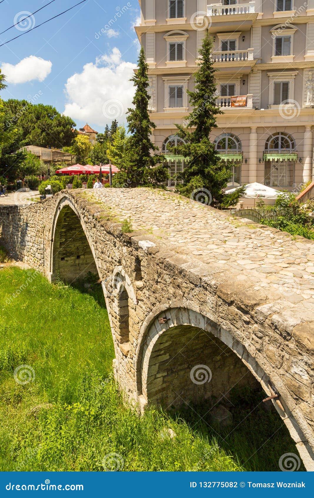 Die Brücke der Gerber oder Tabak-Brücke, eine Osmanestein-Bogenbrücke in Tirana, Albanien