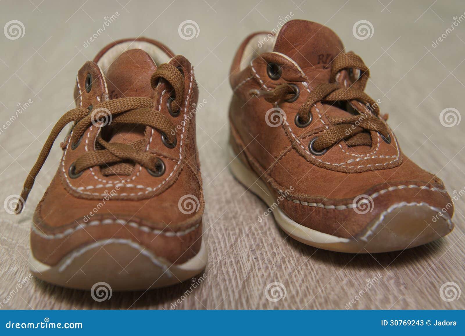 Die Braunen Schuhe Der Kinder Auf Dem Boden Stockbild Bild Von