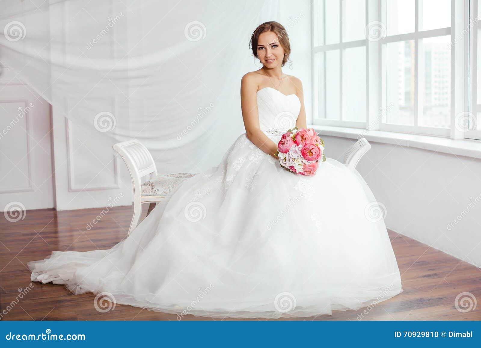 Die Braut Junge Frauen Mit Hochzeitskleid Im Sehr Hellen Raum ...