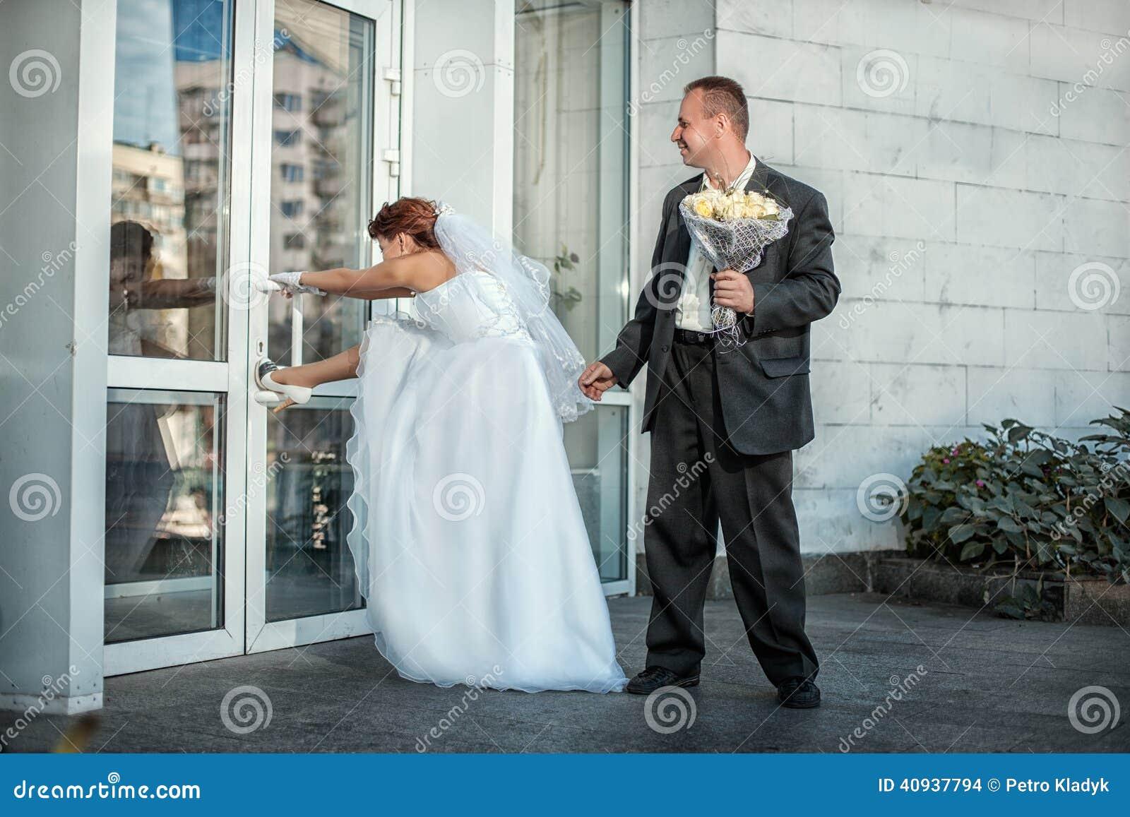 Die Braut Und Der Brautigam Wunschen Bald Heiraten Stockfoto Bild
