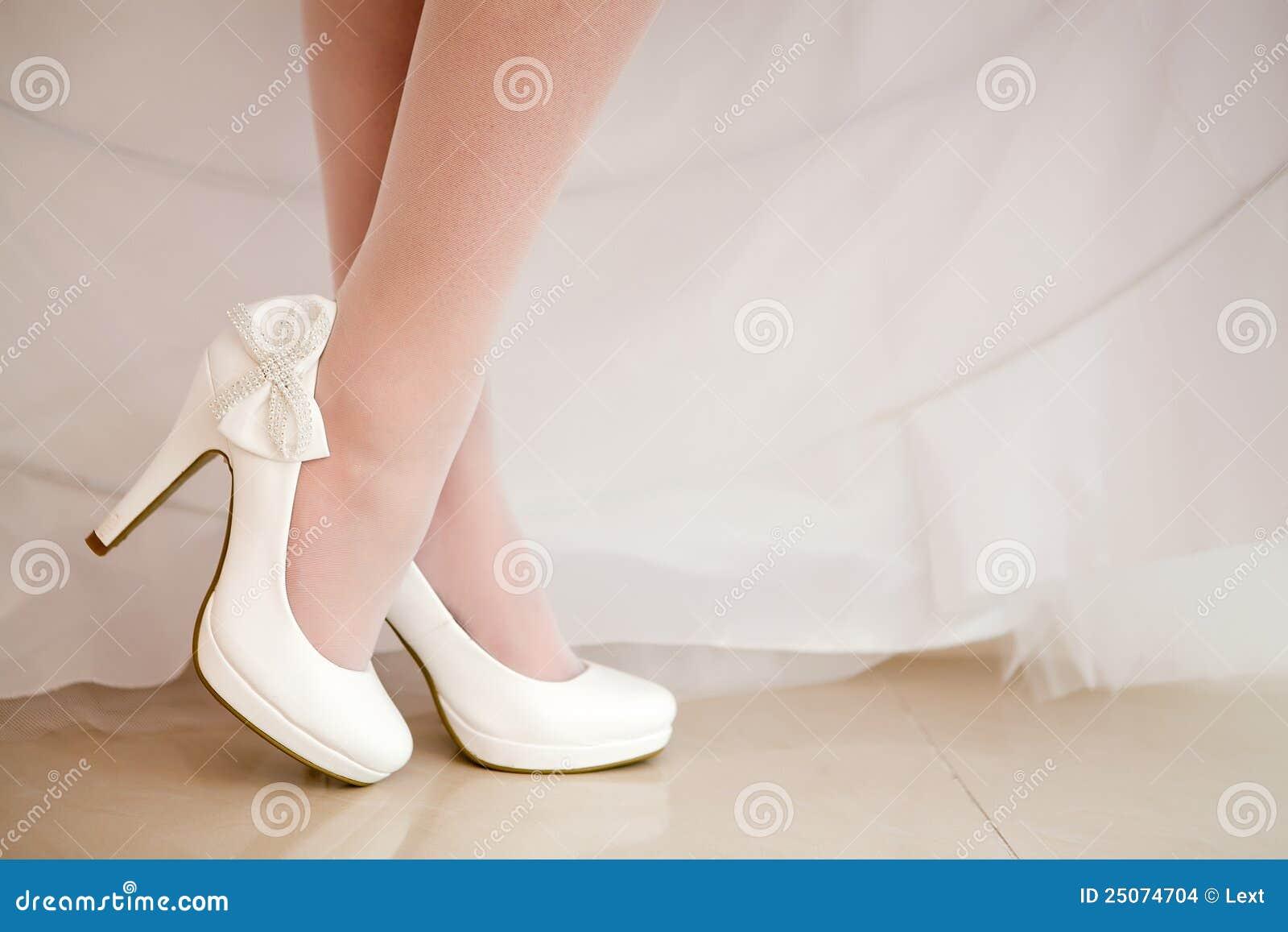 Die Braut Zeigt Weisse Schuhe Stockfoto Bild Von Modern Hoch 25074704