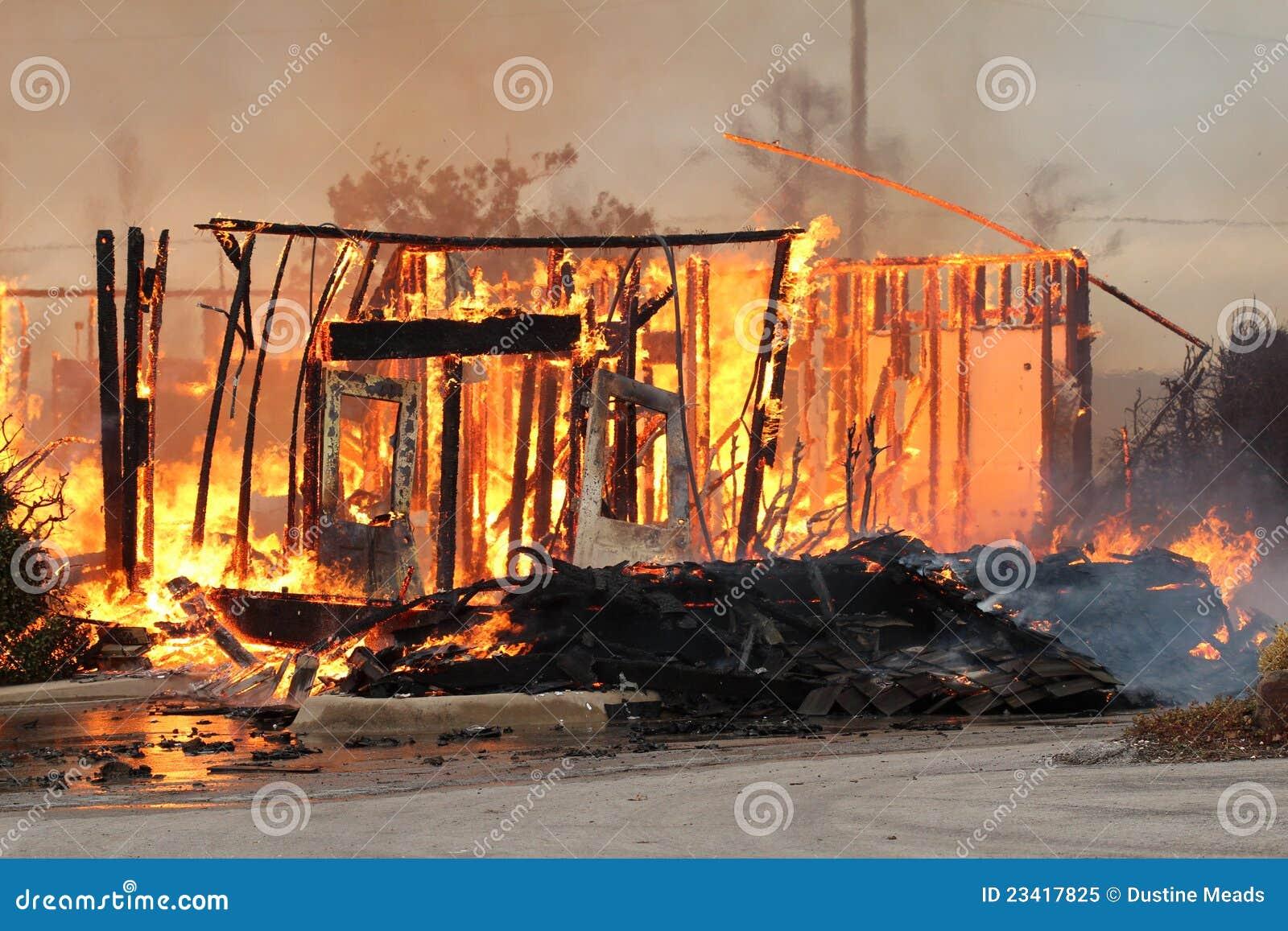 Die brennenden Überreste eines Haus-Feuers