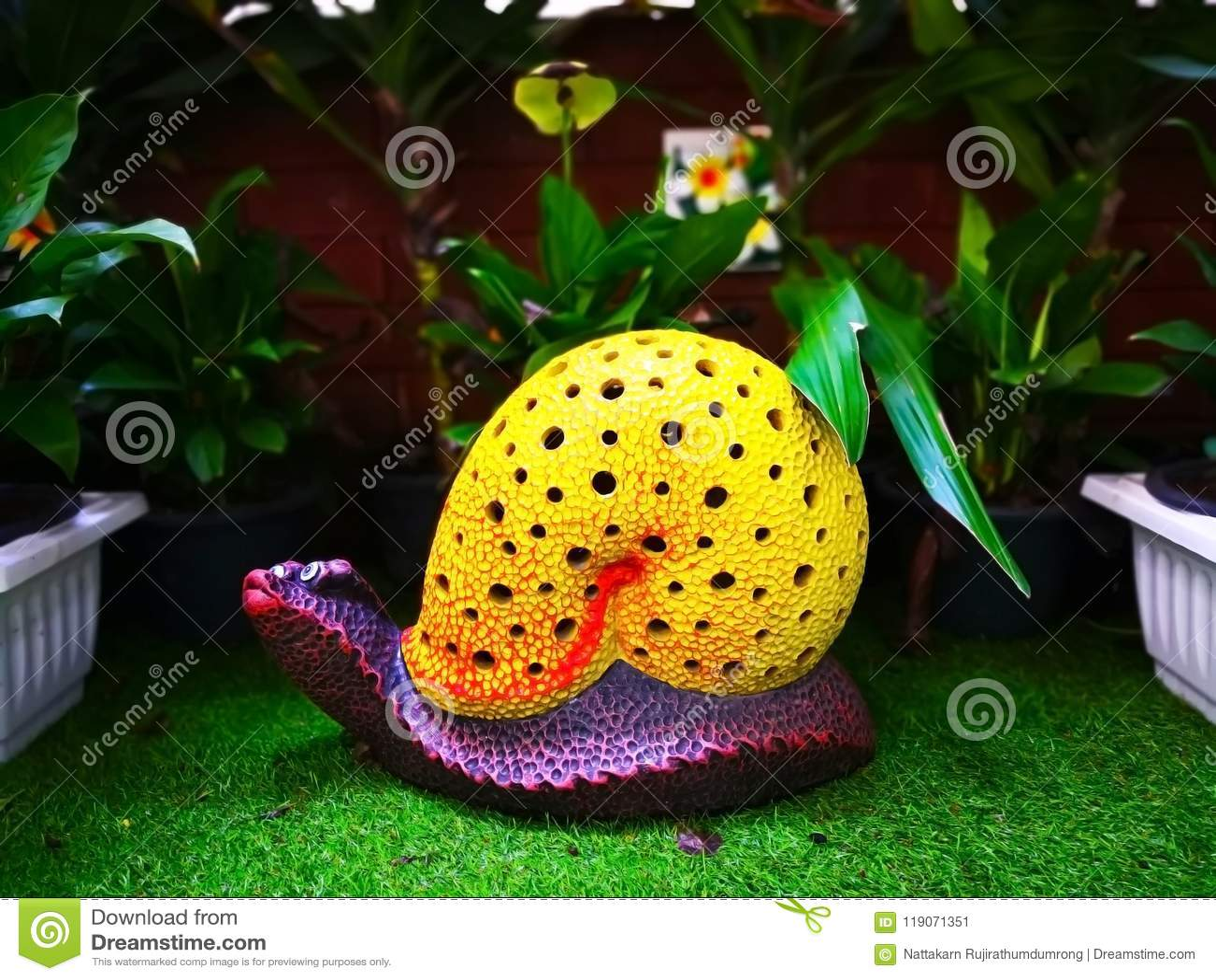 Die bunte keramische Schnecke mit gelbem Oberteil und purpurrotem Körper, wh