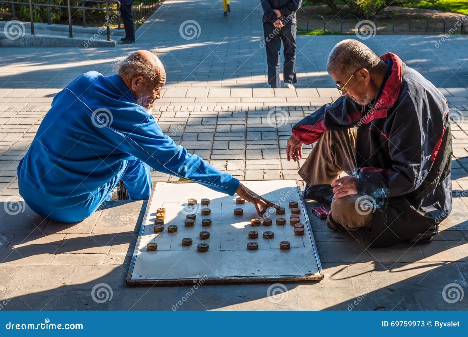 Die chinesischen Männer, die chinesisches Schach spielen, nannten Xiangqi