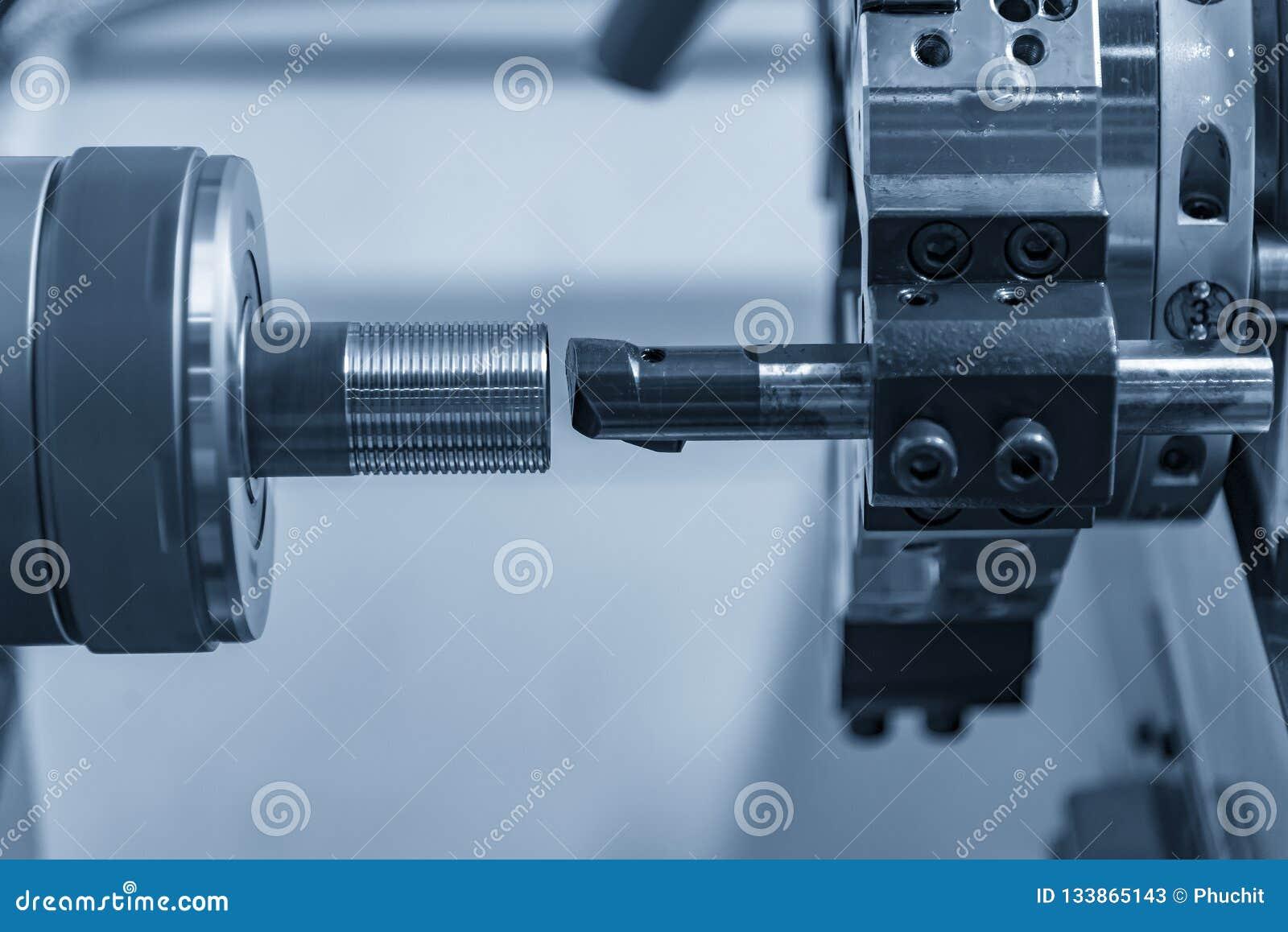 Die CNC-Drehbank oder -Drehmaschine, die das Loch bohren