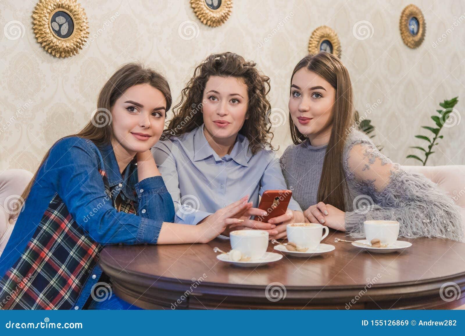 Die drei besten Freunde kamen, Kaffee und Klatsch zu trinken Mädchen sind Spaß und Lachen Mädchen mit dem schönen schwarzen Haar