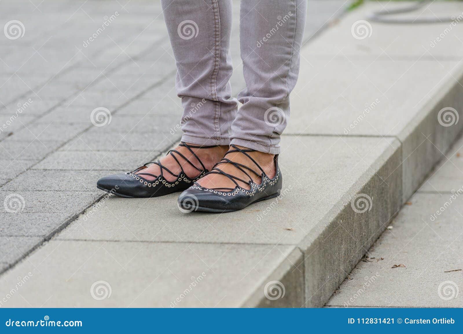 Die Füße der Frauen mit schwarzen ghillies