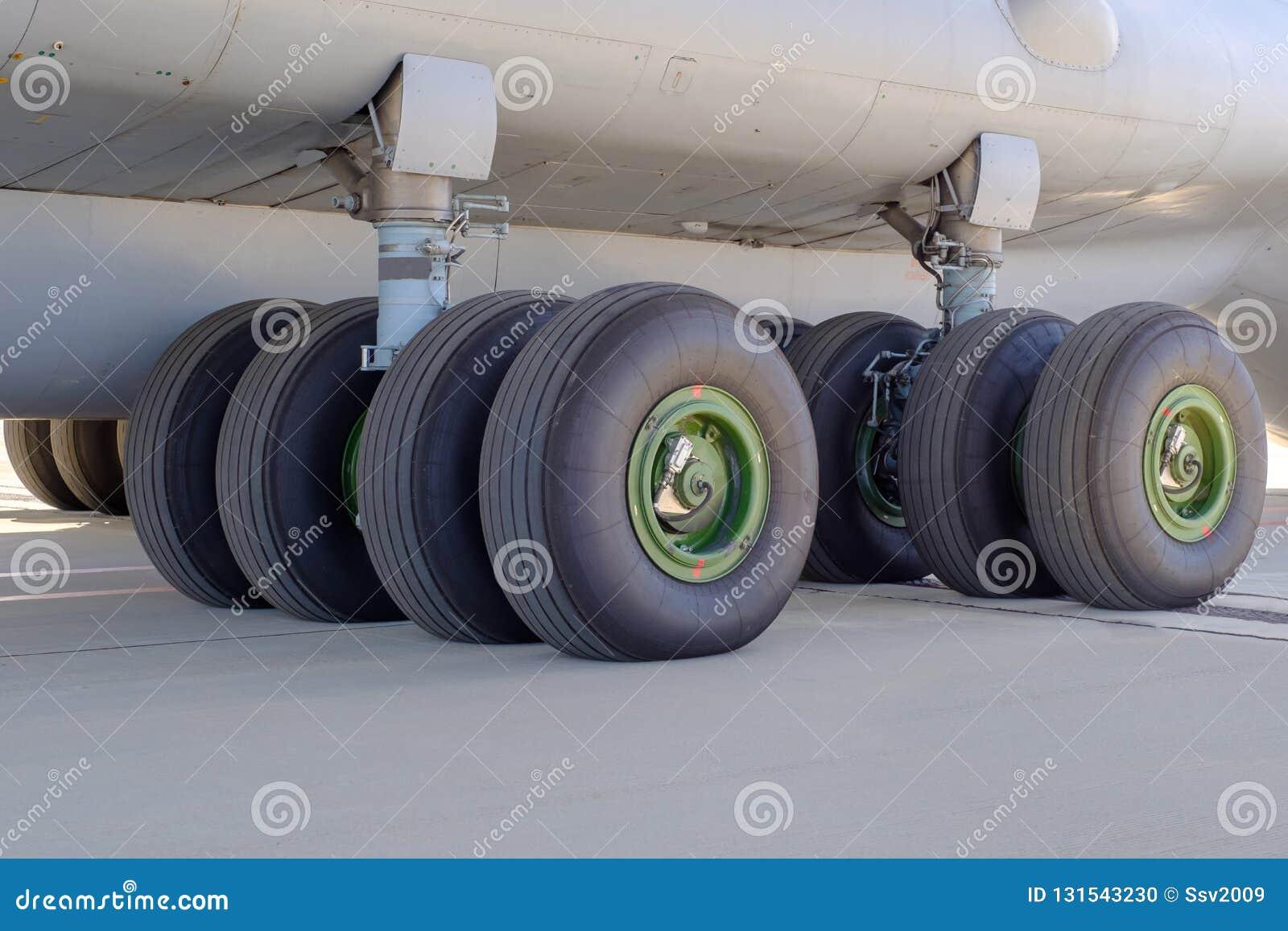 Die Fahrgestelle eines Frachtflugzeuges auf dem Flughafenstreifen