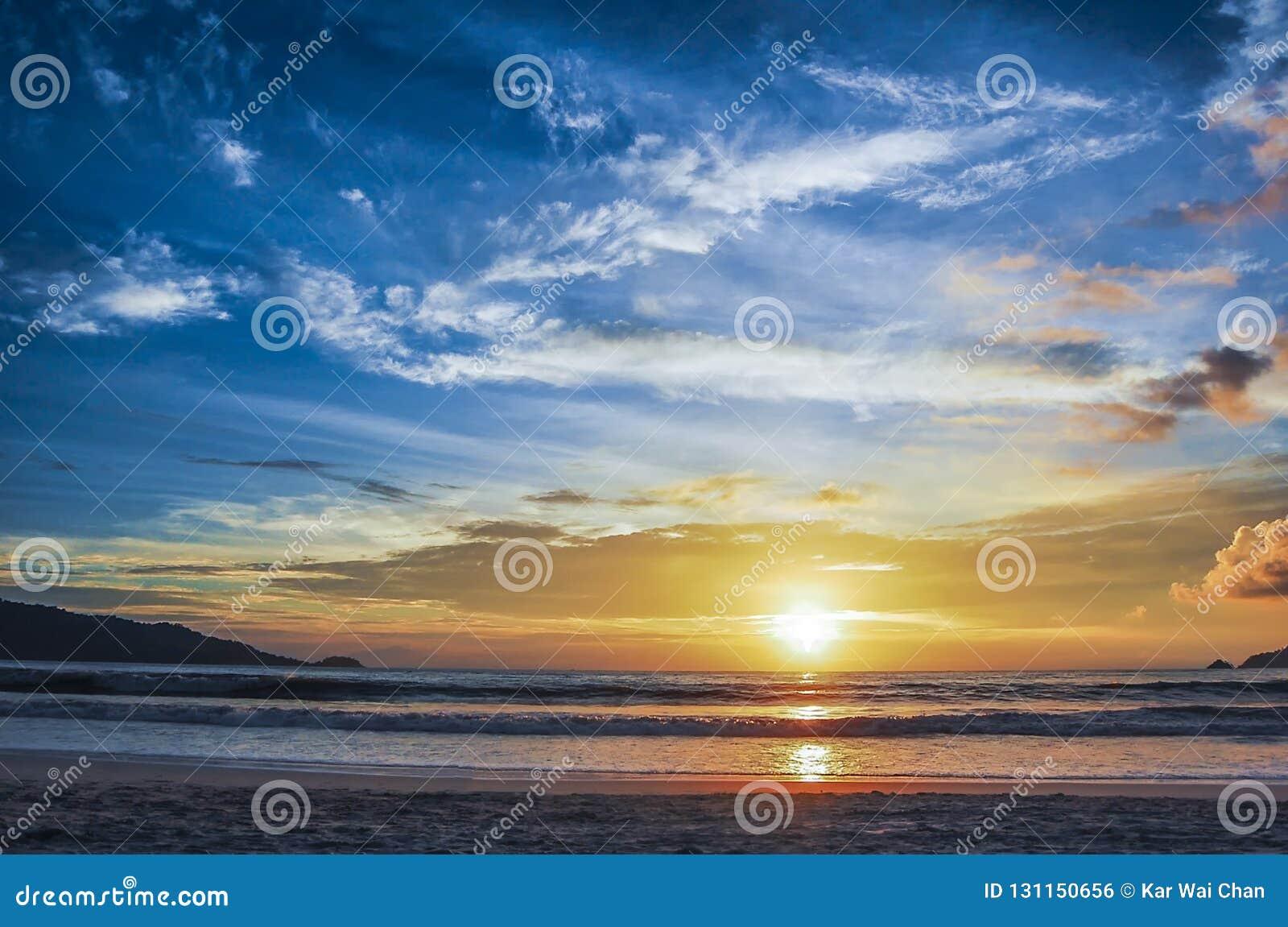 Die Farben der Dämmerung an Patong-Strand