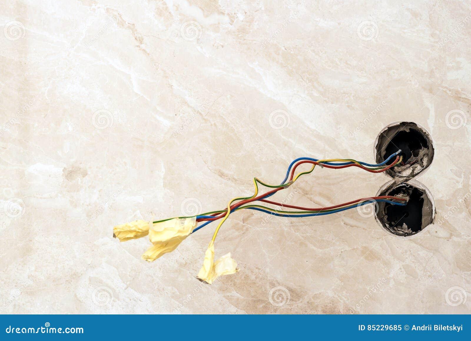 Die Fertigung Arbeitet An Erneuerter Wohnung Elektrische Verdrahtung ...