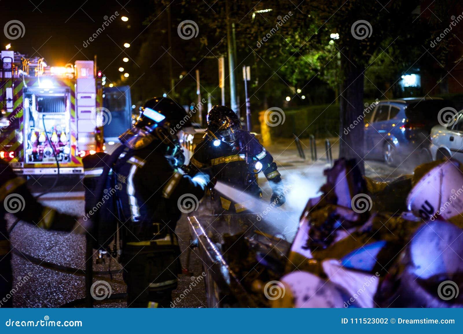 Die Feuerwehrmannarbeit in einem Nachtfeuer Madrid Spanien