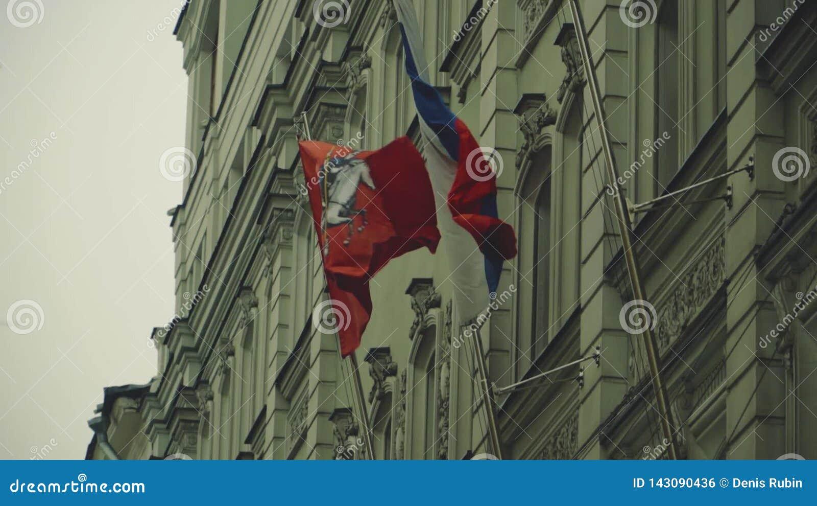Die Flagge von Russland und Moskau werden auf den Fahnenmasten geregelt stock footage