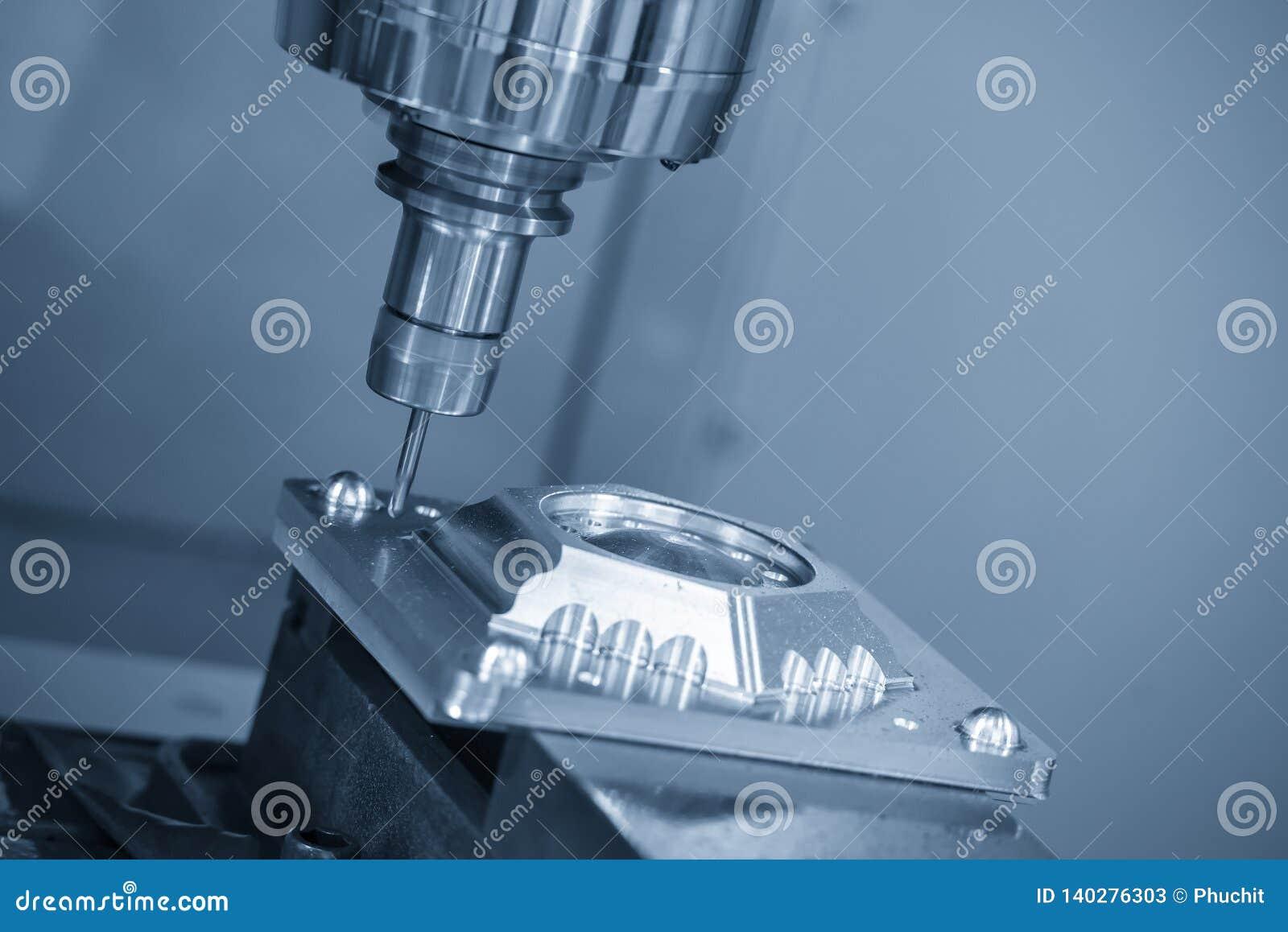Die Fräsmaschine CNC, die das Formteil mit dem festen Ballschaftfräserwerkzeug schneidet