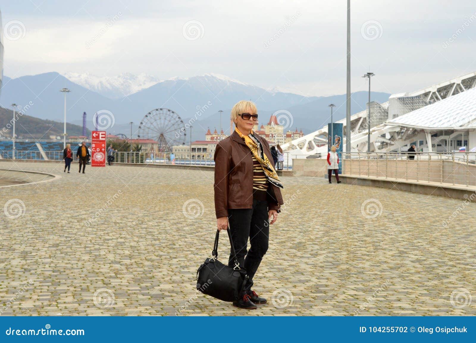 Die Frau auf dem Hintergrund von schneebedeckten Anziehungskräften