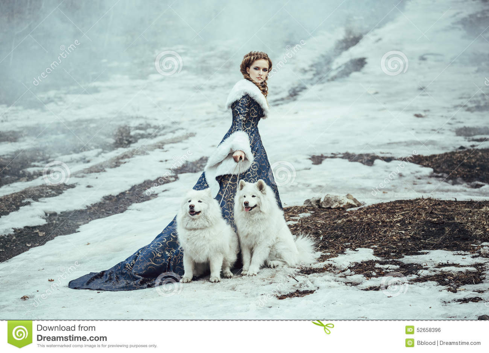 Die Frau auf Winterweg mit einem Hund