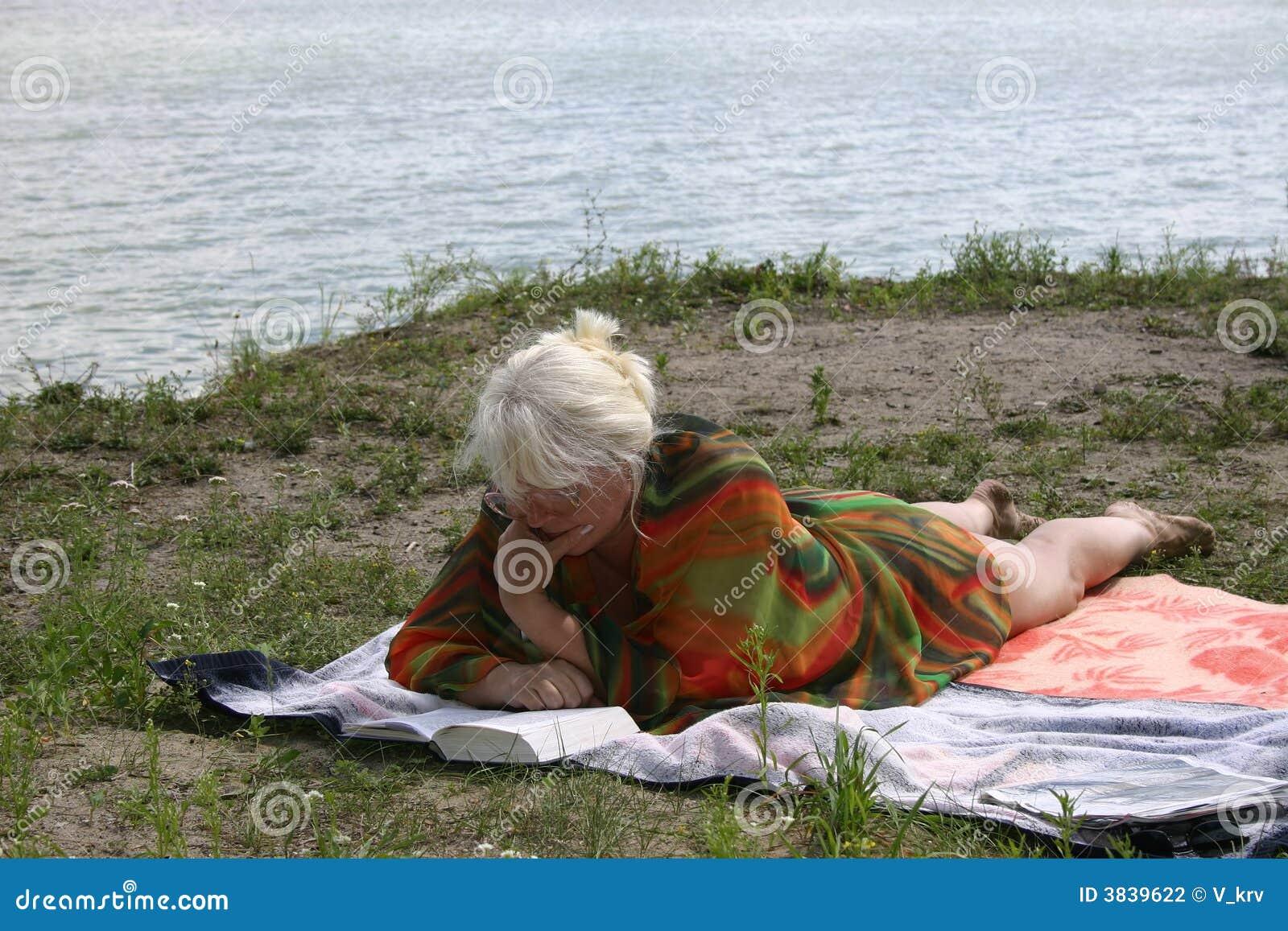 Die Frau, die einen Rest nahe Wasser hat