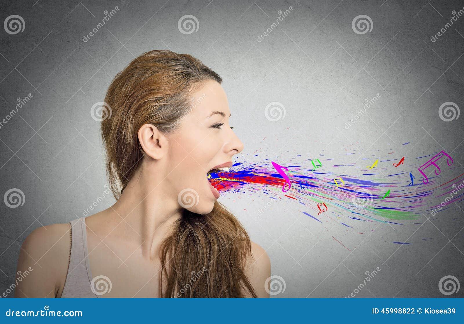 Die Frau, Die Offenem Mund Buntes Spritzen Singt, Merkt