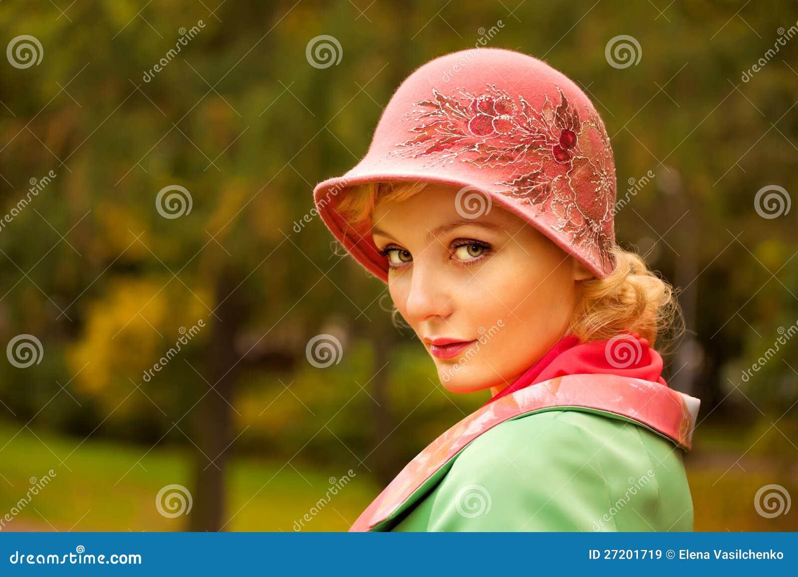 Die Frau, die Retro- gefühlten Hut tragen und die Wollen beschichten