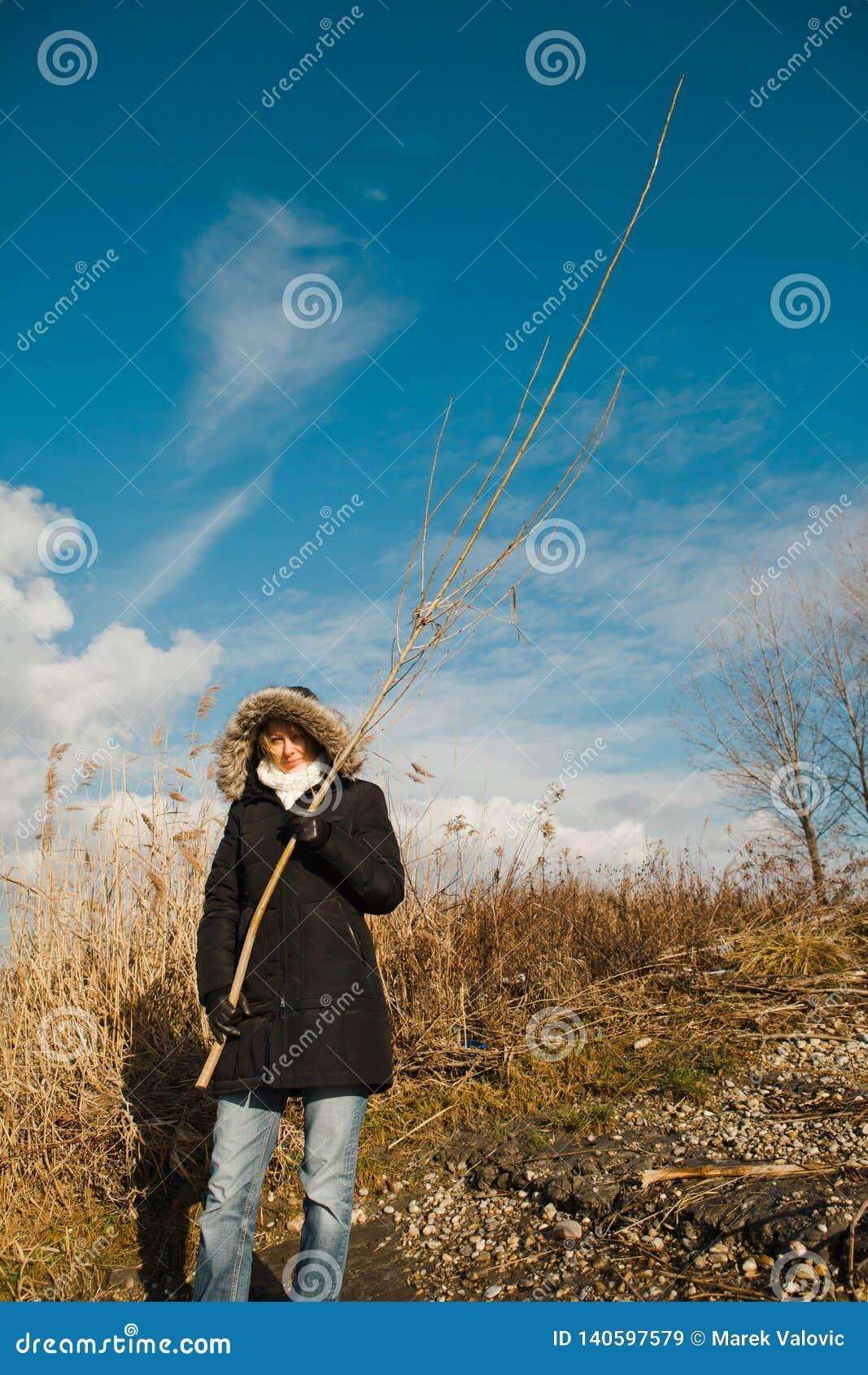 Die Frau, die lang hält, kaufte - sonnigen Tag, das benutzte Umgebungslicht