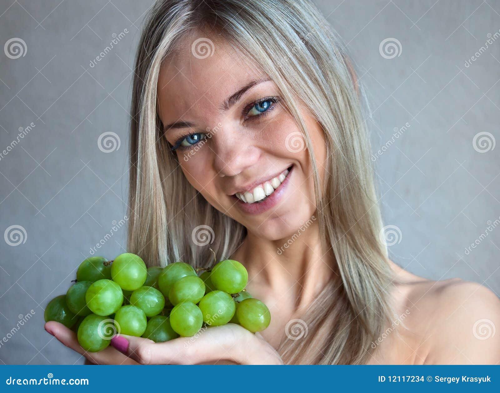 Die Frau mit Trauben