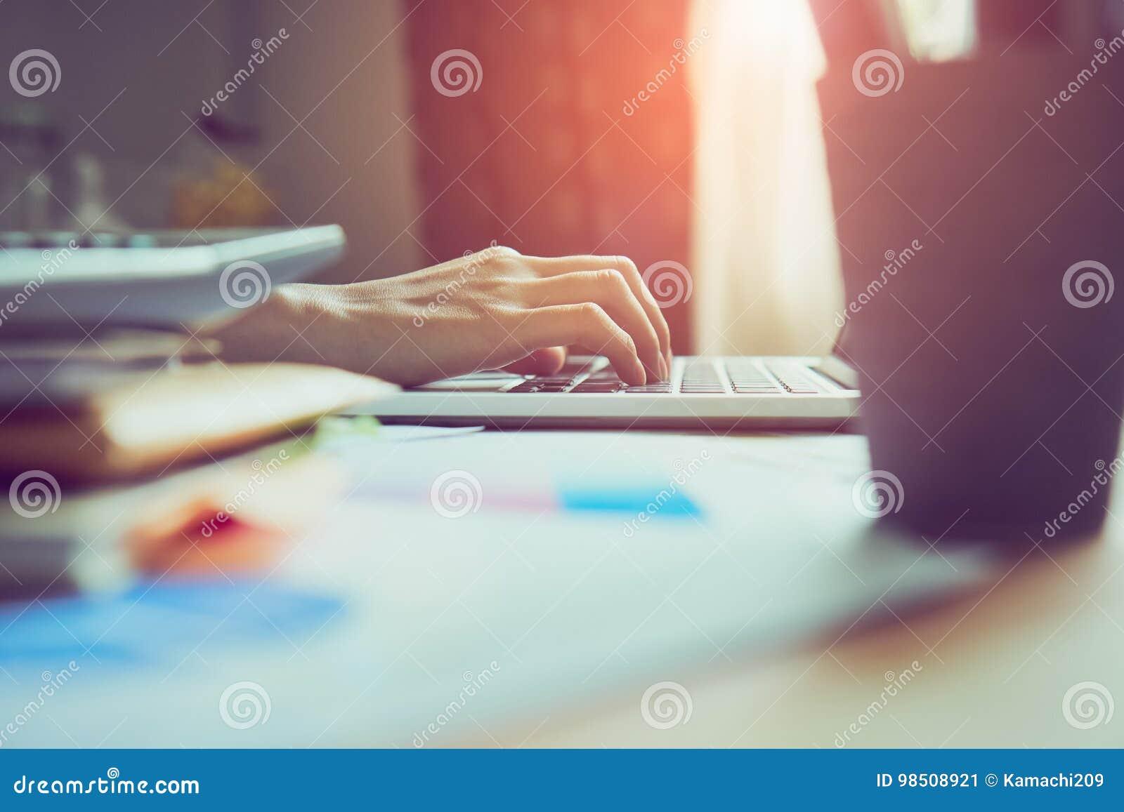 Die Frauen, die einen Laptop in der Anzeige und in der Technologie verwenden, bringt in den Speichern voran Nehmen Sie Ihren Schi