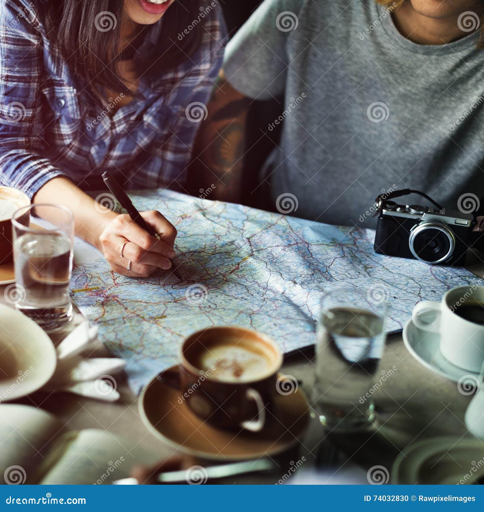 Die Freunde, die Standort suchen, entspannen sich Ferien-Wochenenden-Konzept