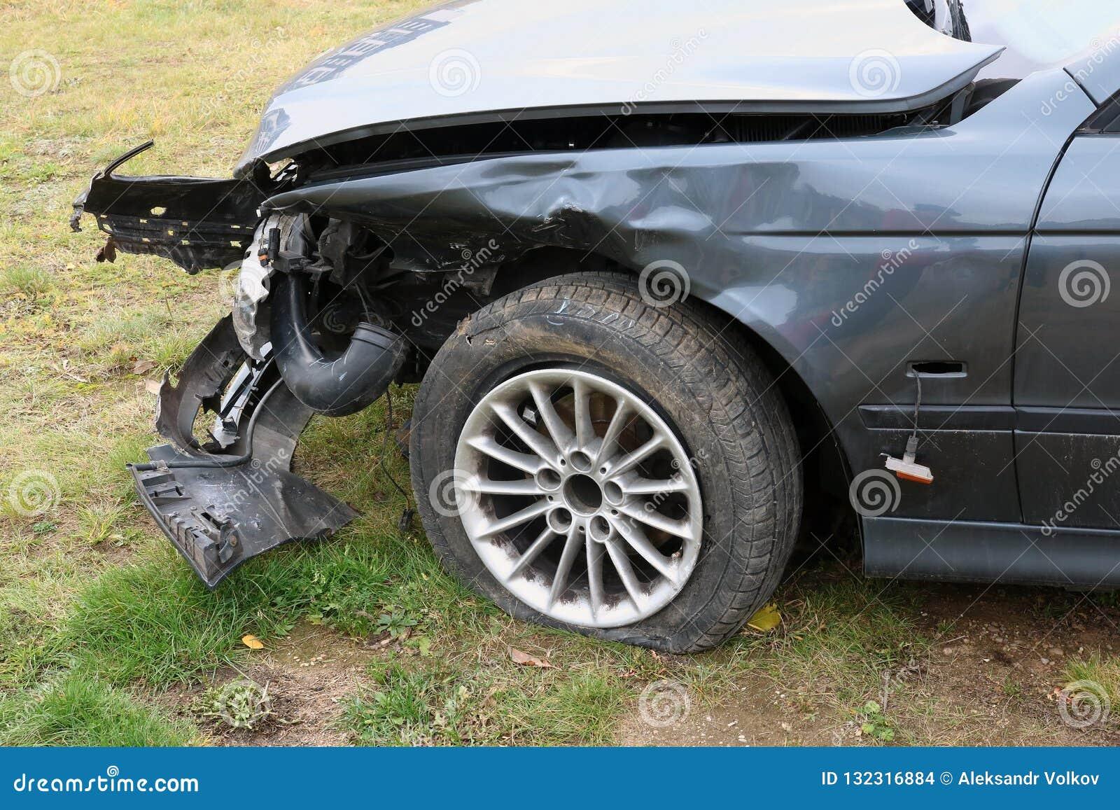 Die Front eines zerschmetterten defekten Personenkraftwagens