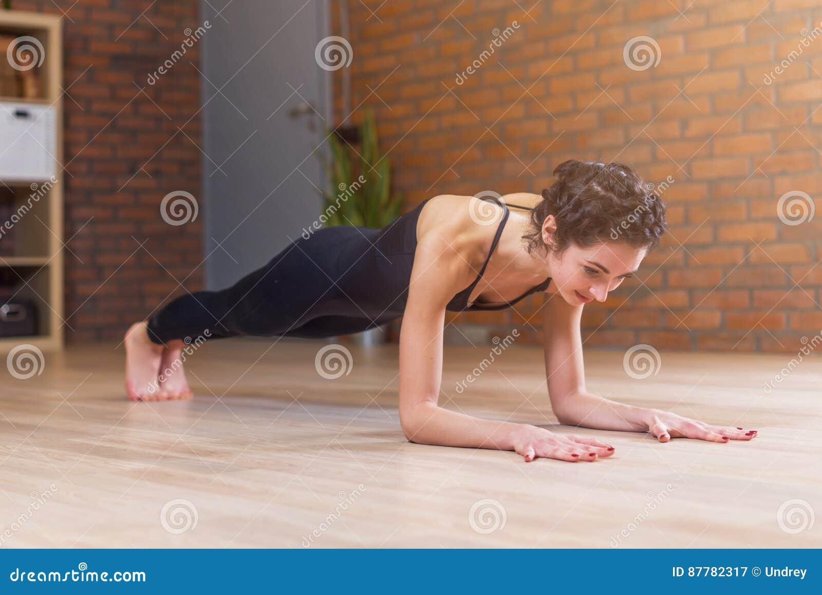 Fußboden Schlafzimmer Yoga ~ Die geeignete frau welche die yoga oder pilatesübung steht in