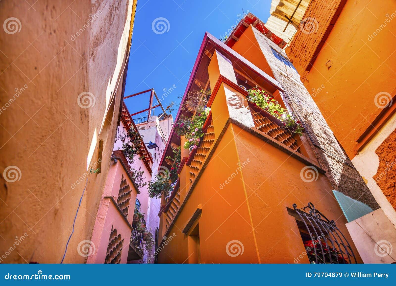 Die gefärbte Kuss-Gasse bringt Guanajuato Mexiko unter