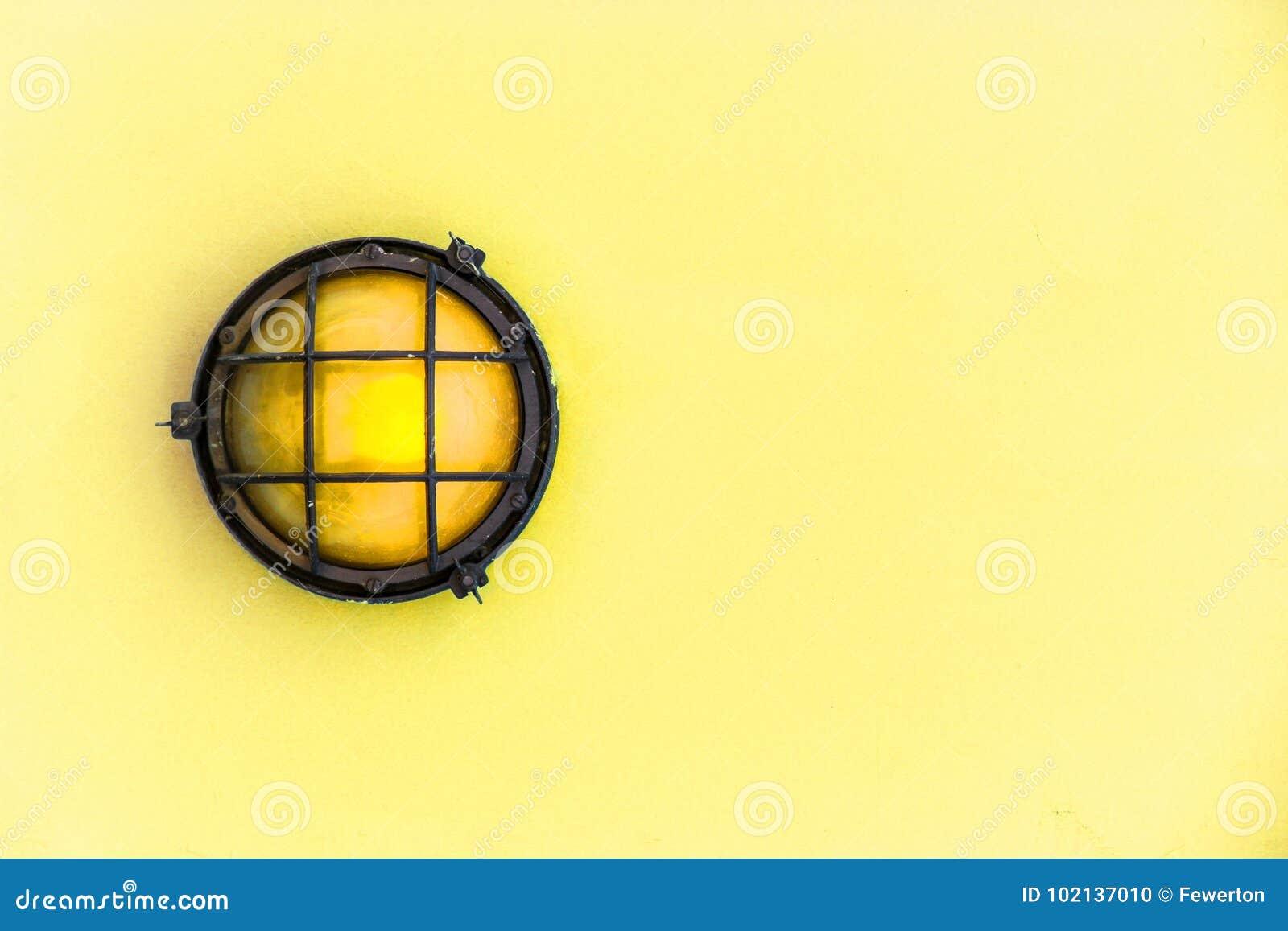 Die Gelbe Plattformlampe Des Hellen Schiffs Der Schutzwand, Die ...
