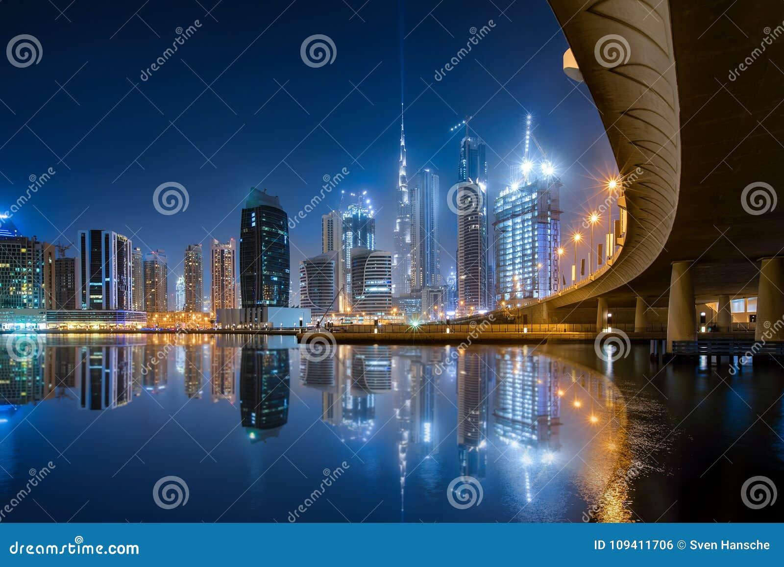 Die Geschäfts-Bucht in Dubai während der Nacht